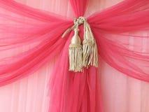 A cortina vermelha com luz brilha completamente Imagens de Stock Royalty Free
