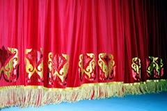 Cortina vermelha teatral de veludo com fundo do teste padrão do ouro imagem de stock royalty free