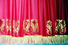Cortina vermelha teatral de veludo com fundo do teste padrão do ouro foto de stock royalty free