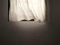 Cortina y ventana blancas Imagen de archivo libre de regalías