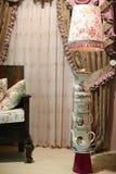 Cortinas antiguas de la lámpara y de ventana Foto de archivo libre de regalías