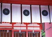 Cortinas blancas arquitectónicas japonesas de la exhibición con los estampados de flores en él fondo imagen de archivo
