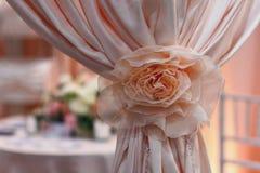 Cortinas cor-de-rosa bonitas na sala de banquete do casamento Fotografia de Stock Royalty Free