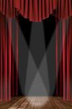 Cortinas cubiertas del teatro Foto de archivo