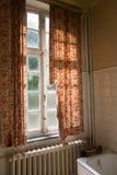 Cortinas de janela velhas do banheiro fotografia de stock