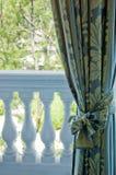 Cortinas de lujo sobre ventana Fotografía de archivo
