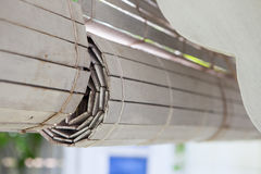Cortinas de madeira brancas que penduram casas exteriores Imagens de Stock