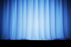 Cortinas de seda azules para la luz del spotlit del teatro y del cine en el centro representación 3d Fotografía de archivo libre de regalías