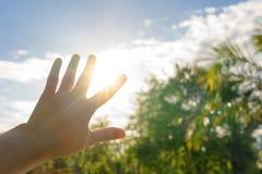 Cortinas de Sun com mão no verão quente - aqueça o conceito fotografia de stock royalty free