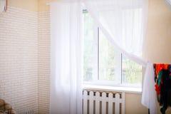 Cortinas de Tulle en la ventana Ventana vieja elegante con las cortinas fotos de archivo libres de regalías