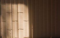 Cortinas de ventana anaranjadas con luz del sol a través, diseño interior Imagenes de archivo