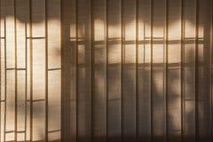 Cortinas de ventana anaranjadas con luz del sol a través, diseño interior Fotos de archivo libres de regalías