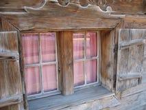 Cortinas do guingão com detalhe de madeira da janela Imagens de Stock
