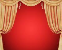 Cortinas douradas com as borlas isoladas no fundo vermelho Imagens de Stock Royalty Free