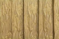 Cortinas douradas com um teste padrão sob a forma das flores Imagens de Stock Royalty Free