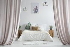 Cortinas en colores pastel en dormitorio rústico fotos de archivo