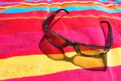Cortinas en la toalla de playa Fotos de archivo