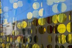 Cortinas feitas de discos redondos do ouro na janela, a atmosfera de ano novo Fotografia de Stock Royalty Free