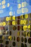 Cortinas feitas de discos redondos do ouro na janela, a atmosfera de ano novo Imagens de Stock