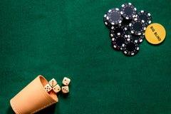Cortinas grandes As microplaquetas de pôquer e cortam em um fim verde do copyspace da opinião de tampo da mesa do jogo acima Foto de Stock Royalty Free
