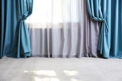 Cortinas modernas na sala Fotografia de Stock Royalty Free