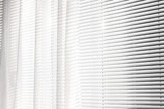 Cortinas na janela Fundo das cortinas listras imagens de stock