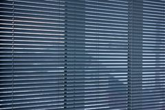 Cortinas na janela Fundo das cortinas Listras horizontais foto de stock