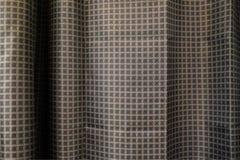 Cortinas oscuras en el cuarto cortinas gris oscuro en la ventana de la esquina imagen de archivo