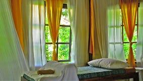 Cortinas que agitan en un balneario en Bali Indonesia