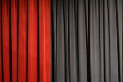 cortinas rojas y negras del teatro imgenes de archivo libres de regalas