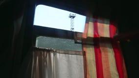 Cortinas sujas no transporte ucraniano do sono da segunda classe filme