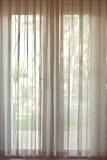 Cortinas translúcidas en las puertas de cristal Fotografía de archivo