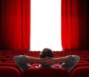 Cortinas vermelhas da tela do cinema que abrem para a pessoa do vip Fotos de Stock