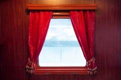 Cortinas vermelhas na janela Imagens de Stock
