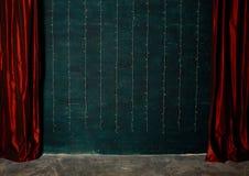 Cortinas vermelhas no fundo da parede de tijolo Fotografia de Stock