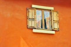 Cortinas y espejos de ventana abierta imagenes de archivo