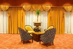 Cortinas y sillas cubiertas Imágenes de archivo libres de regalías