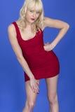 Cortocircuito joven Mini Dress del rojo de Pin Up Model Posing Wearing Fotos de archivo libres de regalías