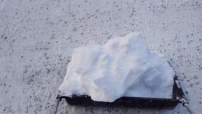 Cortometraje de la nieve que traspala con la pala grande Fondos hermosos del invierno almacen de metraje de vídeo
