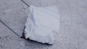 Cortometraje de la nieve que traspala con la pala grande Fondos hermosos del invierno almacen de video