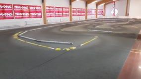 Cortometraje que muestra el coche de RC en pista del coche Fondos de los coches del juguete RC metrajes
