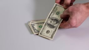 Cortometraje que muestra un manojo de comprobación masculino de billetes de dólar Billete de dólar Fondos de las finanzas almacen de metraje de vídeo