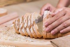 Cortou o pão rústico fresco fotografia de stock