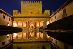 Cortyard von Alhambra nachts, Granada, Spanien Stockbild