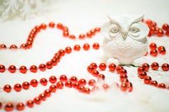 Coruja cerâmica branca e grânulos vermelhos no Natal Fotografia de Stock