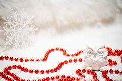 Coruja cerâmica branca e grânulos vermelhos no Natal Imagens de Stock