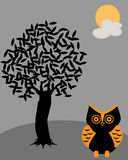 Coruja com a noite sob a árvore na noite do Dia das Bruxas Imagem de Stock Royalty Free
