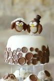 Corujas decorativas sobre um bolo de casamento Fotografia de Stock Royalty Free