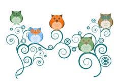Corujas em filiais de árvore ilustração royalty free