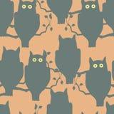 Corujas que sentam-se em um ramo Imagem de Stock Royalty Free